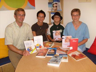 """Elterninitiative """"Kleiner Fels"""" spendet Bücher für Elternbibliothek"""