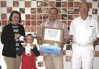 """Spende für Winzlinge Elterngruppe """"Kleiner Fels"""" übergibt im Mai 2007 Frühchen-Kleidung"""